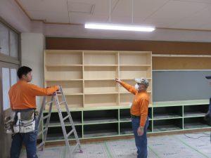 小学校の図書室改修工事の続き
