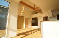 高台に立地する2階建て住宅